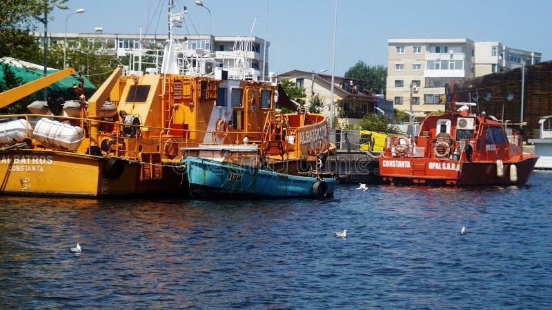 在船坞的小船 在曼加利亚港口靠码头的商业渔船 库存图片
