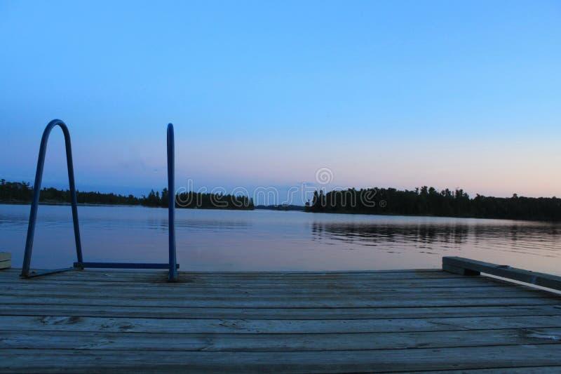 在船坞的晚上,伍兹湖, Kenora,安大略 库存照片