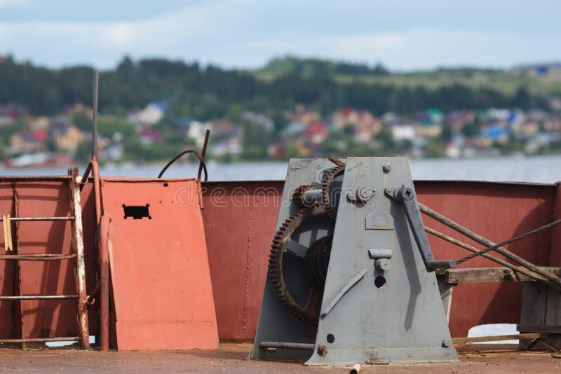 在船坞的生锈的老小船绞盘 库存照片
