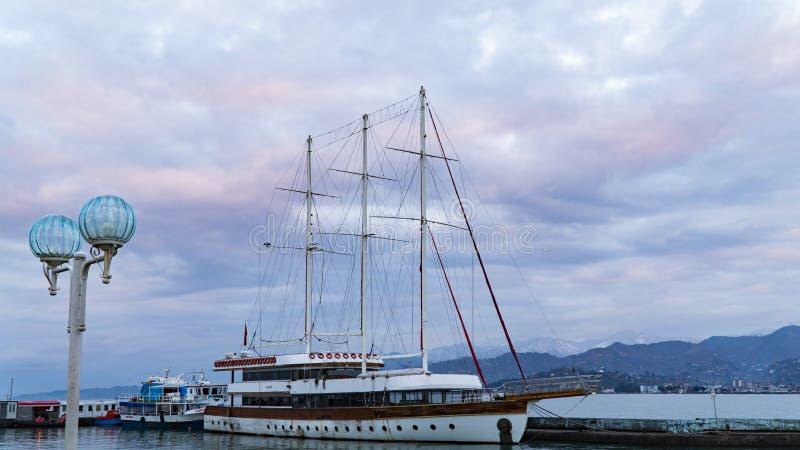 在船坞的船反对在日落以后的天空 库存照片