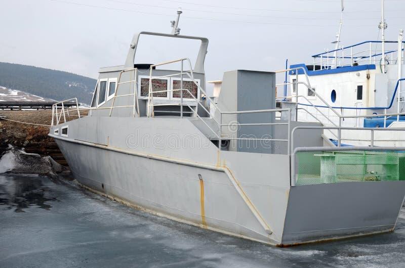 在船坞的船和渔夫小船在大Goloustnoye村庄 贝加尔湖湖 免版税库存图片
