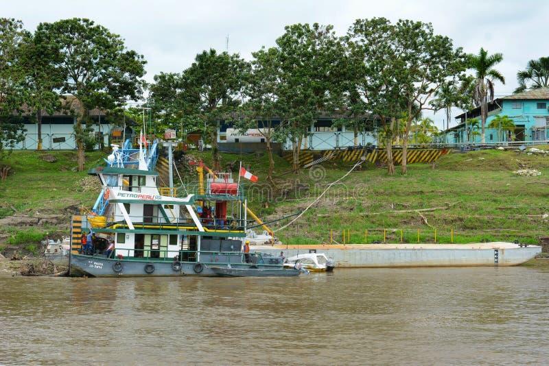 在船坞的PetroPeru小船亚马孙河的 库存图片