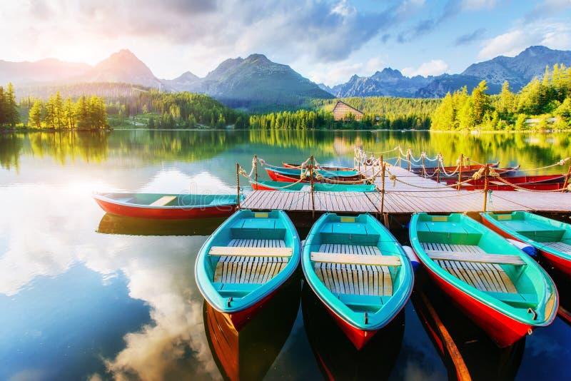 在船坞被围拢的山的小船 意想不到的Shtrbske Pleso高Tatras 斯洛伐克 库存图片