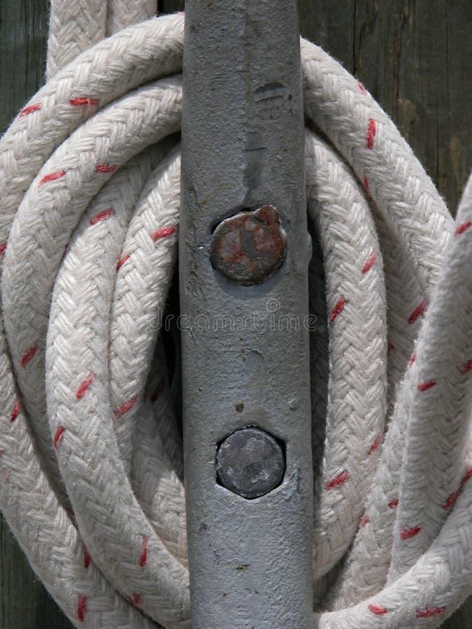 在船坞附近被包裹的白色绳索栓下来 免版税图库摄影
