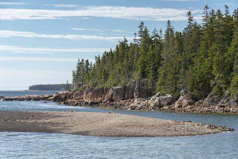 在船港口自然痕迹的多岩石的海滩 库存照片