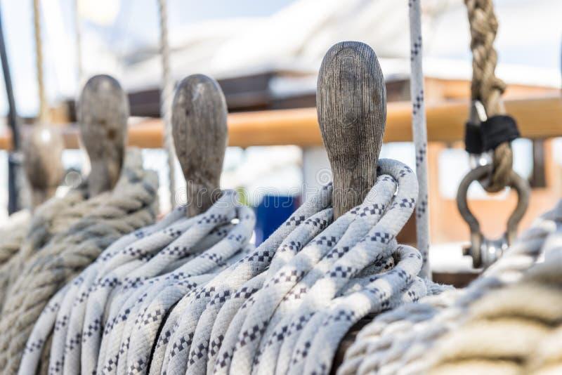 在船甲板栓的绳索 免版税库存图片