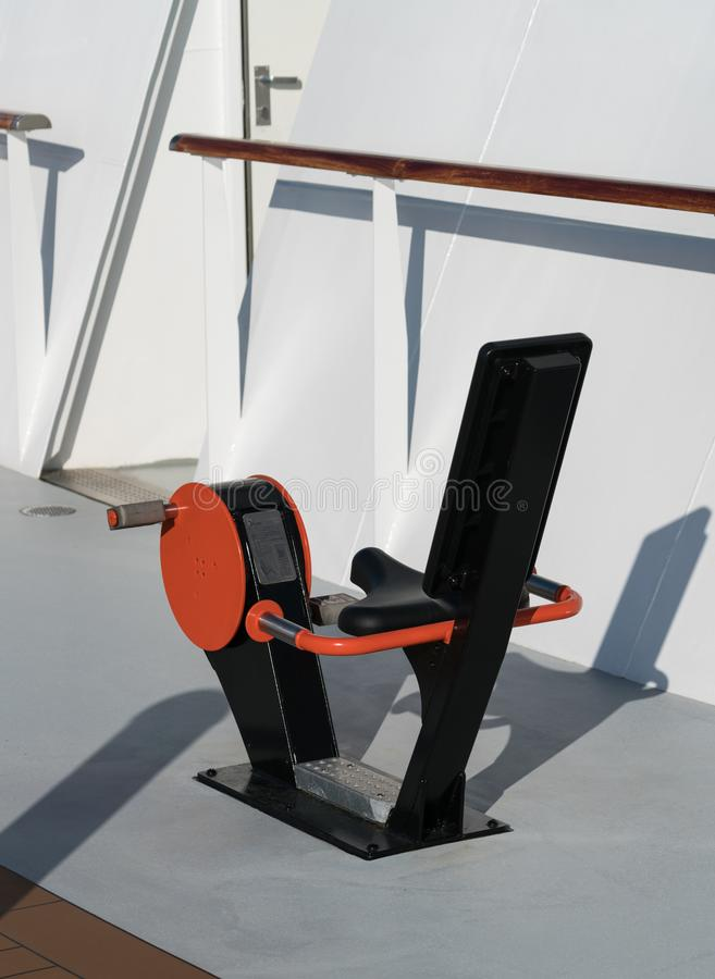 在船甲板的室外锻炼周期  库存图片