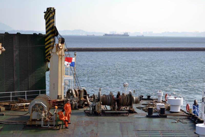 在船的乘员组谈话互相 Pic被采取了在期间 库存照片