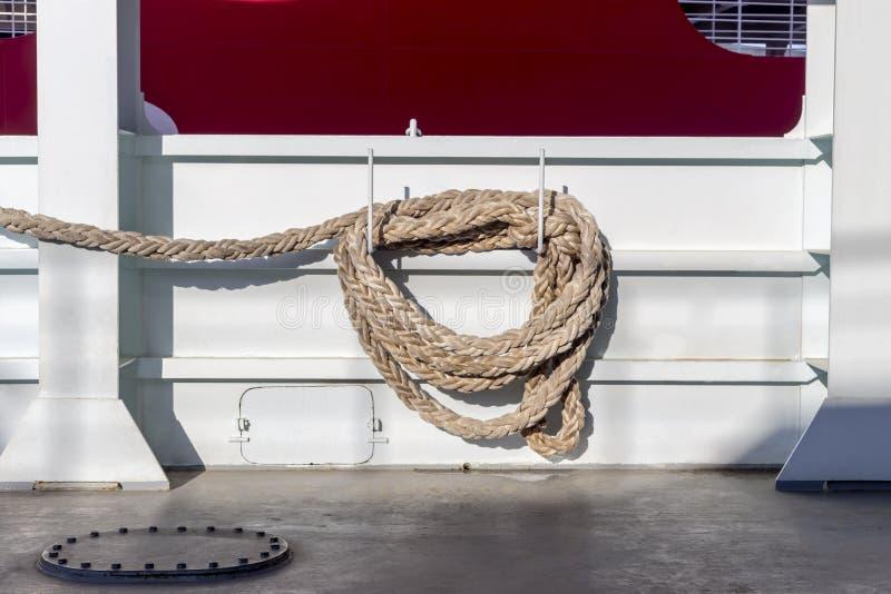 在船的停泊的绳索 免版税库存图片