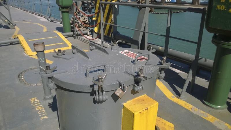 在船的甲板的技术舱口盖 为输入服务 免版税库存照片