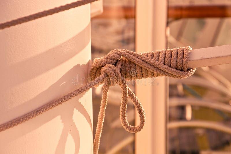 在船装配附近被盘绕的绳索 免版税库存照片