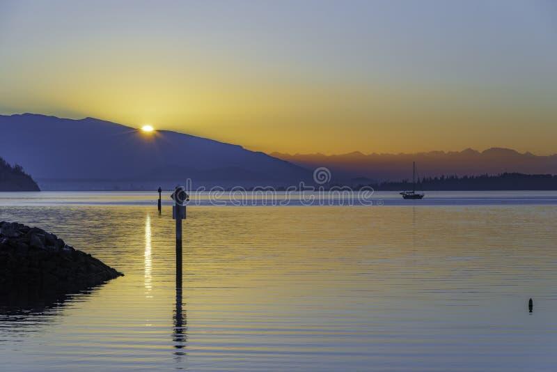 在船锚的太平洋西北地区日出 免版税库存照片