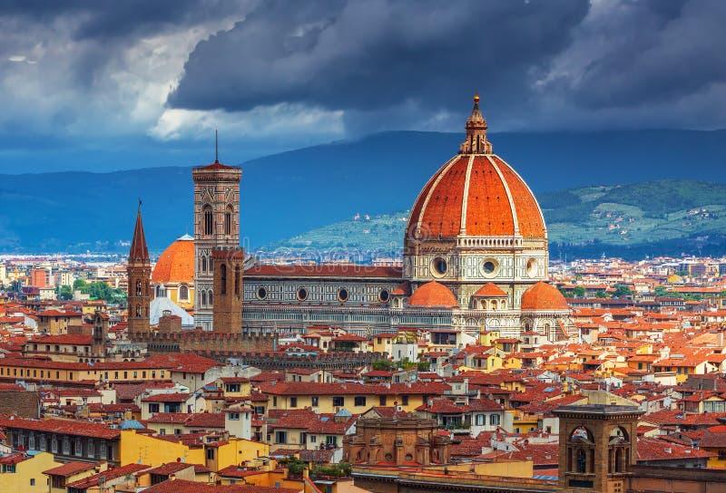 在艰苦的美丽的景色使佛罗伦萨市和大教堂日出的,佛罗伦萨惊奇 免版税库存照片