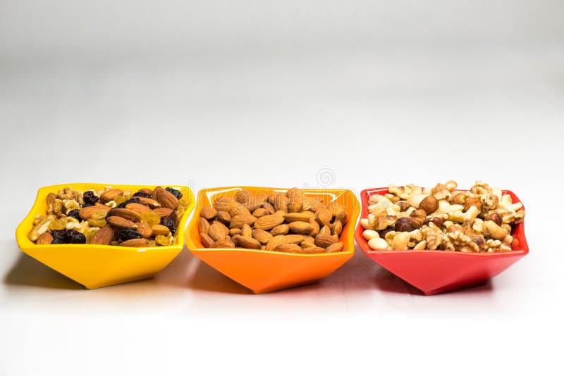 在色的碗的混杂的坚果 免版税库存图片