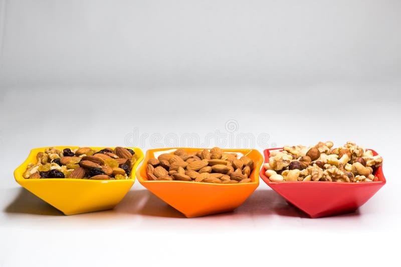 在色的碗的混杂的坚果 免版税图库摄影
