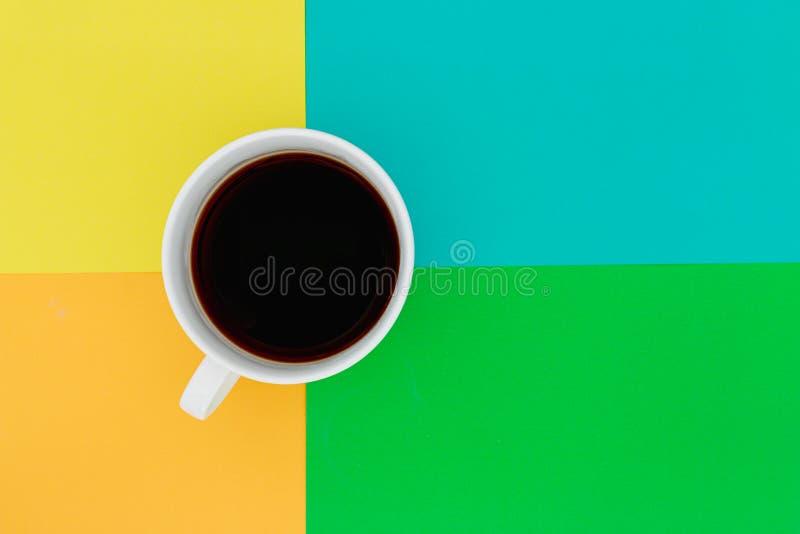 在色的背景的咖啡杯 库存图片