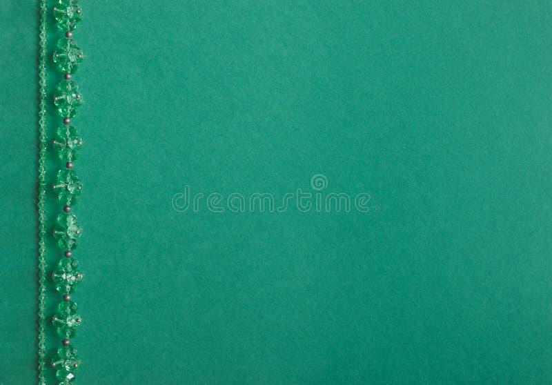 在色的背景的手工制造木衣领项链 库存图片
