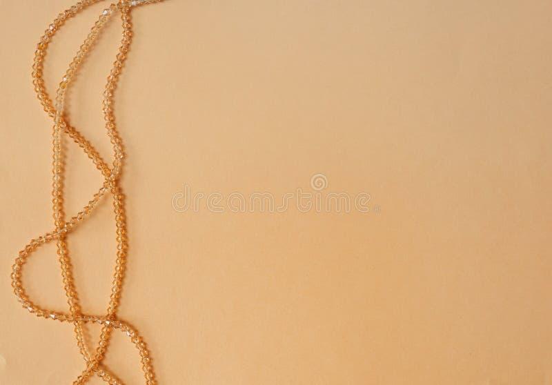 在色的背景的手工制造木衣领项链 免版税库存照片
