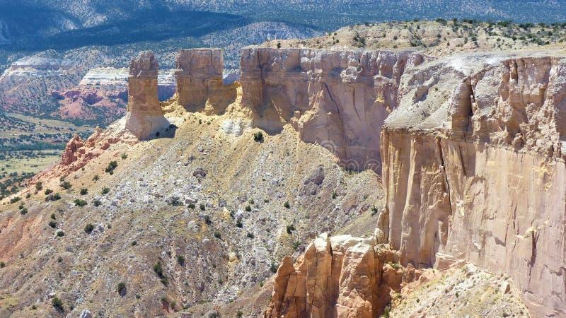 在色的谷上的五颜六色的沙漠峭壁 免版税库存照片