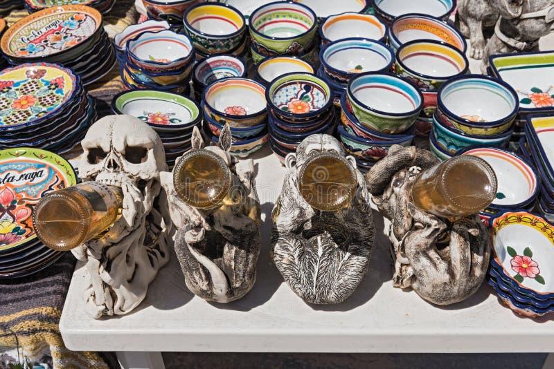 在色的陶瓷碗之间的啤酒饮用的形象在mahahual的一个摊位,金塔纳罗奥州,墨西哥 免版税库存照片