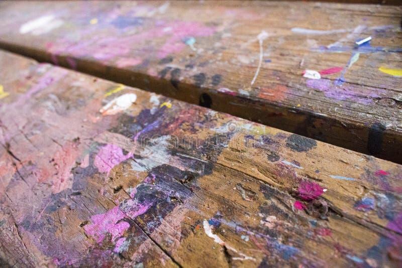 绘在艺术和工艺桌的涂抹 免版税库存图片
