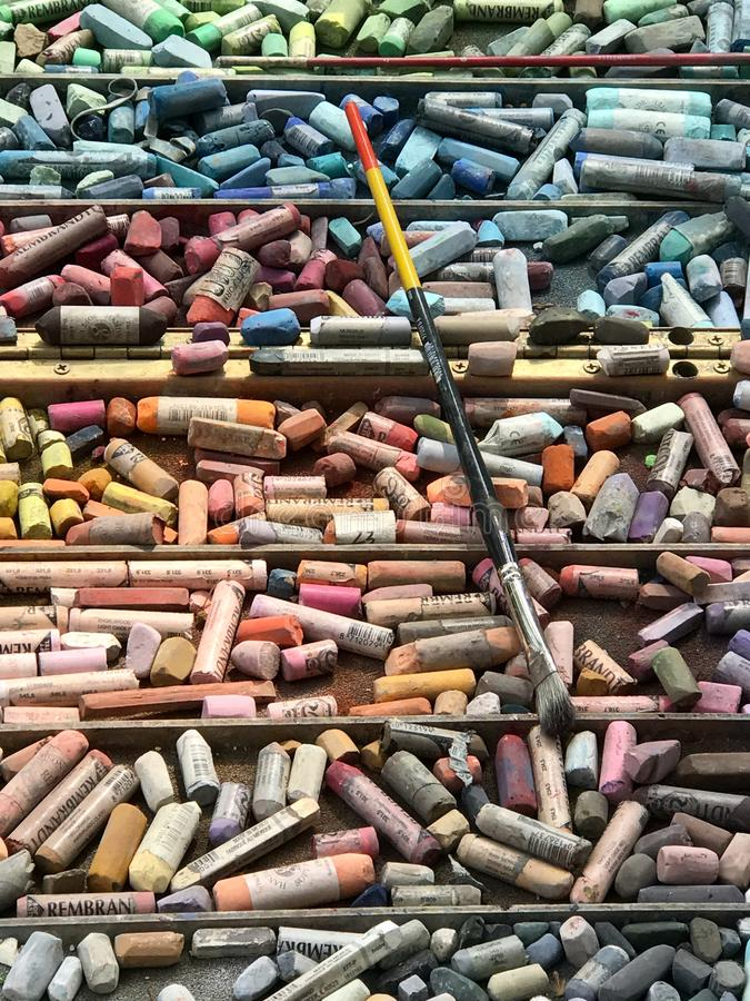 在艺术家调色板的五颜六色的柔和的淡色彩 免版税库存照片