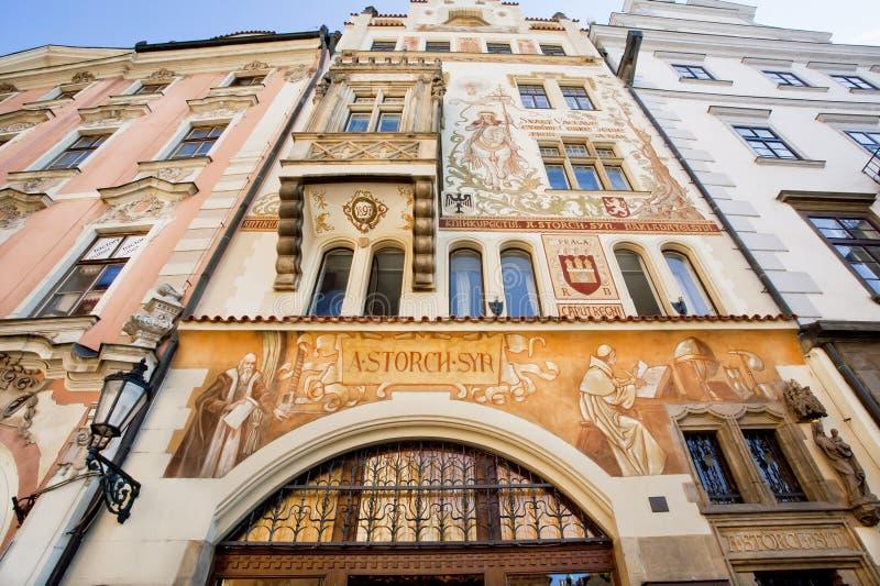 在艺术Nouvea房子门面的历史壁画在老城市 联合国科教文组织世界遗产名录记数器 免版税库存照片