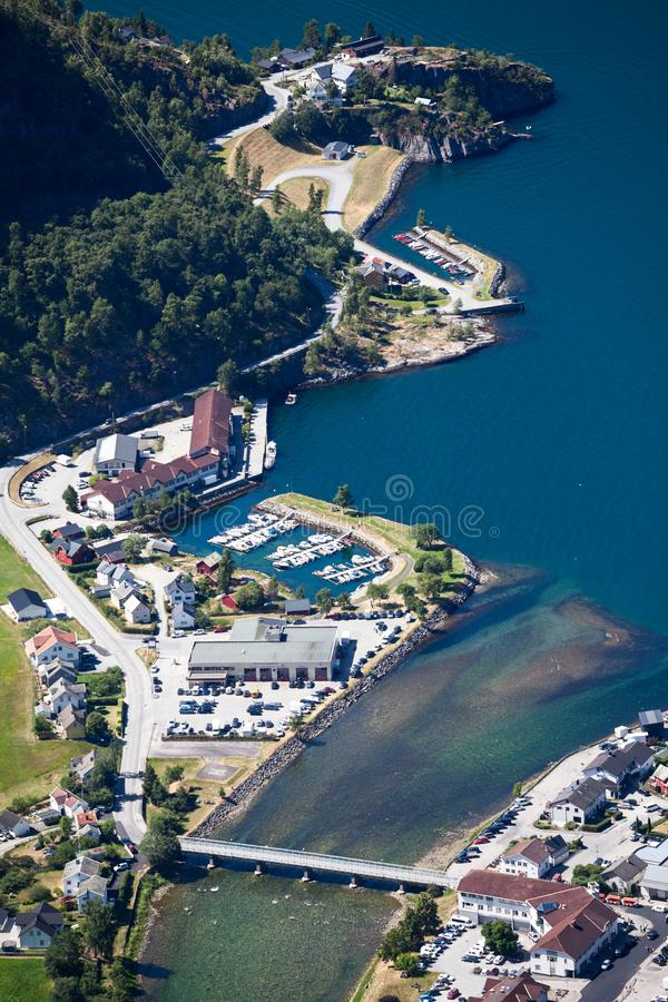 在艾于兰镇和河Aurlandselvi的鸟瞰图 夏天好日子,挪威 库存图片