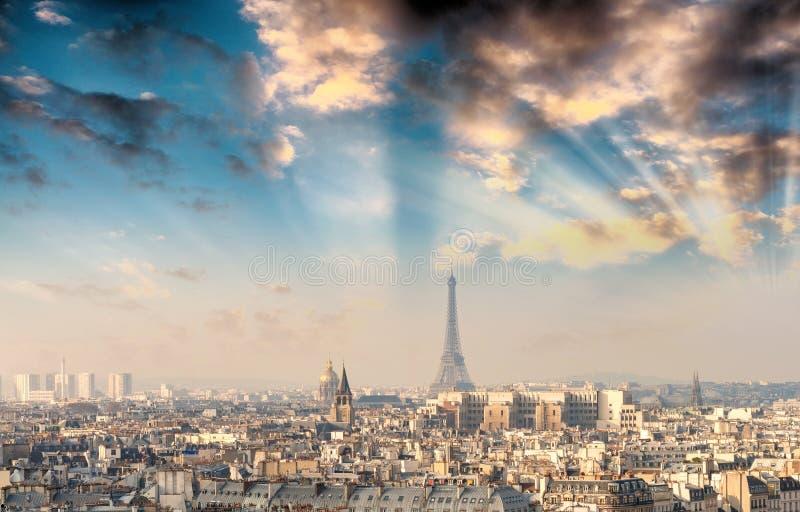 在艾菲尔铁塔的日落在巴黎 库存图片