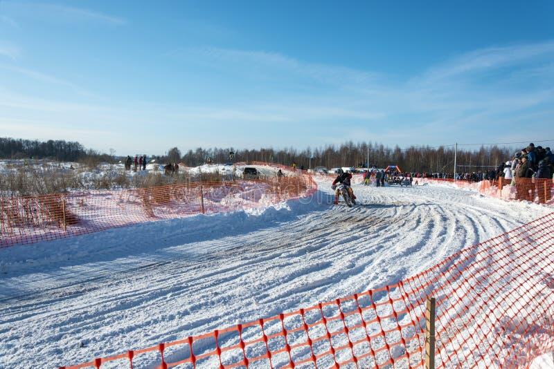 在节日冬天乐趣的摩托车越野赛在Uglich, 10 02 2018年在Ug 免版税图库摄影