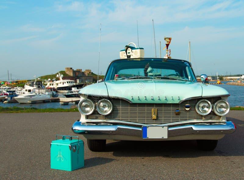 在节日的豪华美国汽车普利茅斯愤怒1960年生产  图库摄影