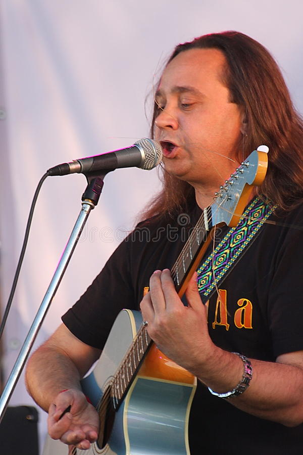 Download 在节日的露天舞台是摇滚乐队的, Darida音乐家 编辑类库存照片. 图片 包括有 bambi, 音乐, 态度 - 72373923