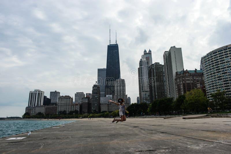在芝加哥前面地平线的一个妇女游人  免版税库存图片