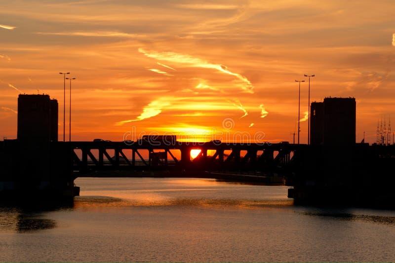 在芝加哥河的日出 库存照片