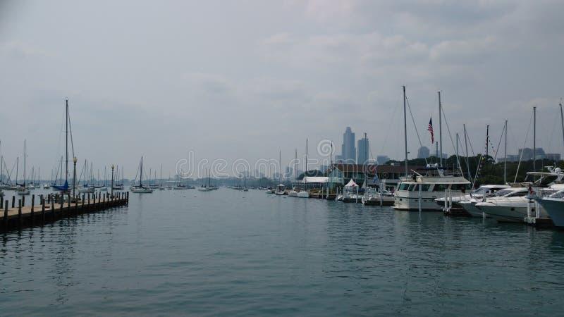 在芝加哥河边区附近的游艇 免版税库存照片
