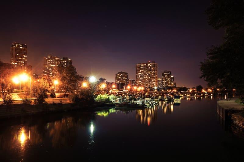 在芝加哥港口的看法在与船坞和小船的晚上 免版税库存图片