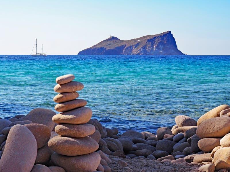在芦粟海岛,希腊的多岩石的海滩和海岛视图 库存照片