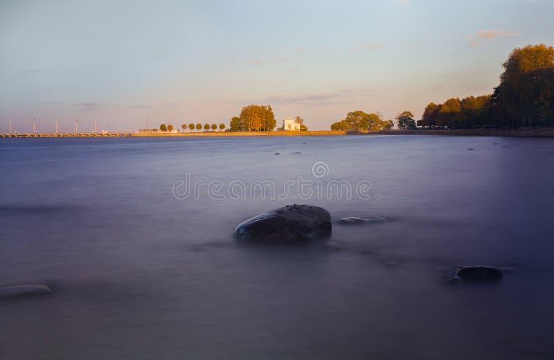 在芬兰湾的日落在Peterhof 库存图片