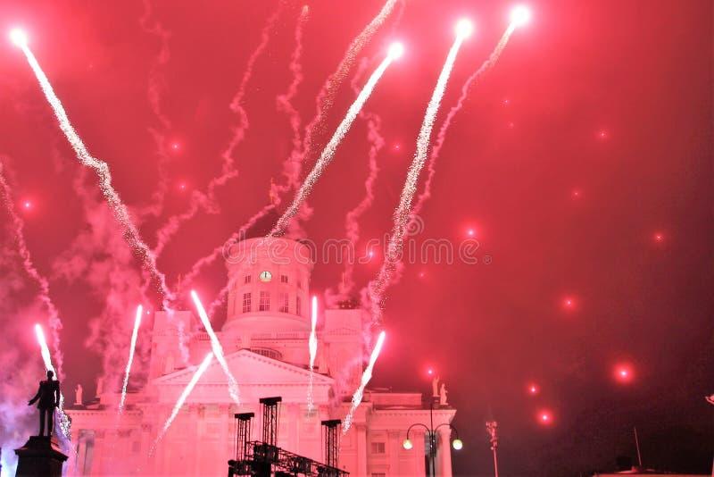 在芬兰赫尔辛基的首都的大广场的新年的烟花 免版税库存照片