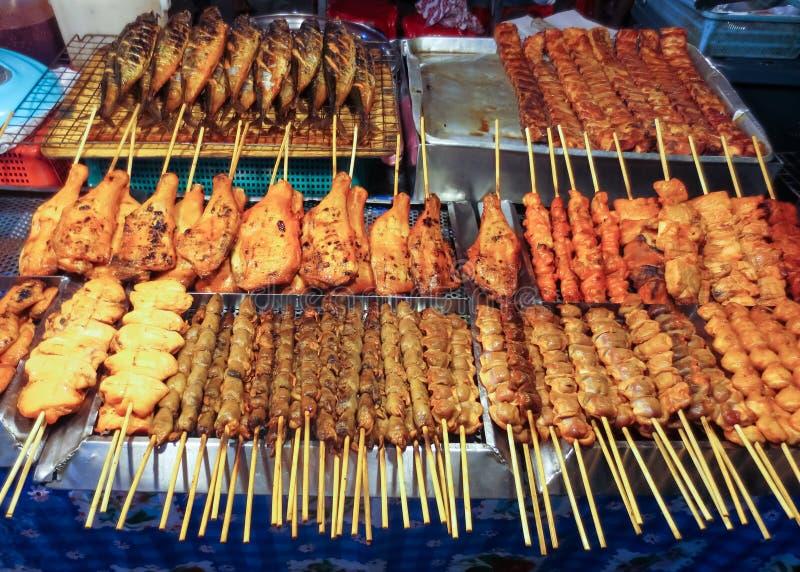 在芭东区夜市,泰国的泰国街道食物 免版税库存图片