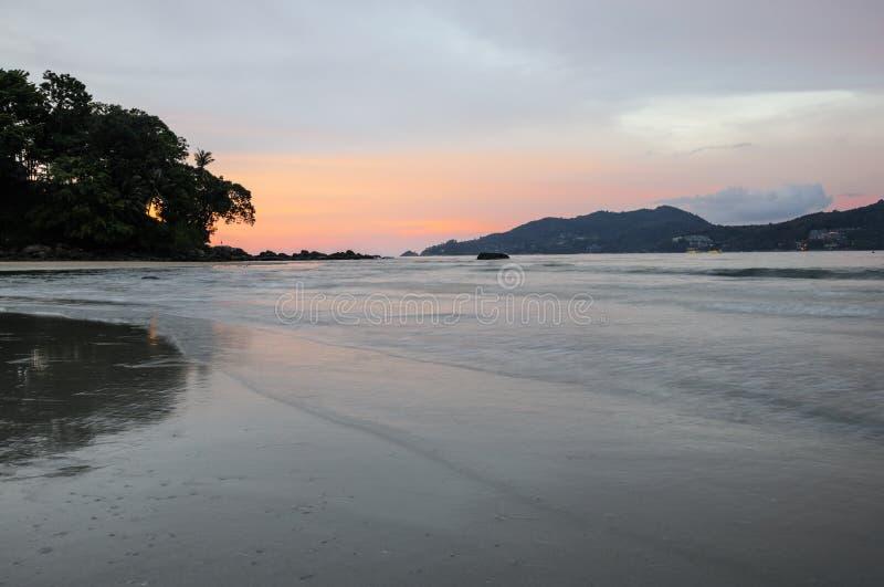 在芭东区海滩的日落,普吉岛,泰国 库存照片