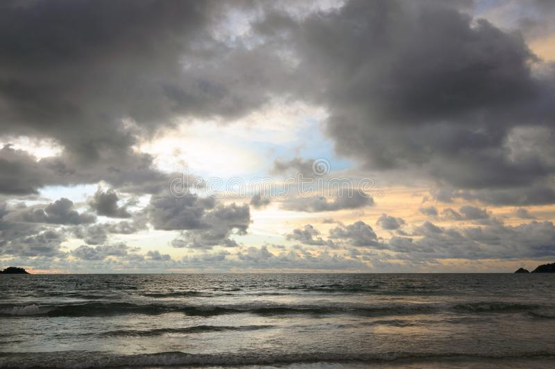 在芭东区海滩的美好的日落在普吉岛 免版税库存图片