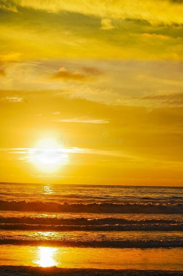 在芭东区海滩,Puket,泰国的壮观的日落 免版税库存照片