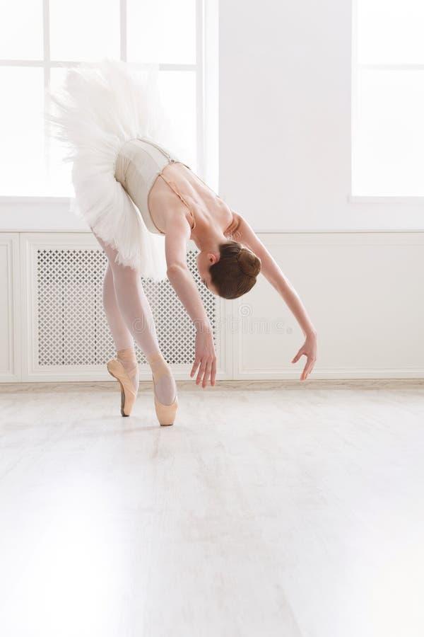 在芭蕾类的美好的芭蕾舞女演员舞蹈 免版税库存照片