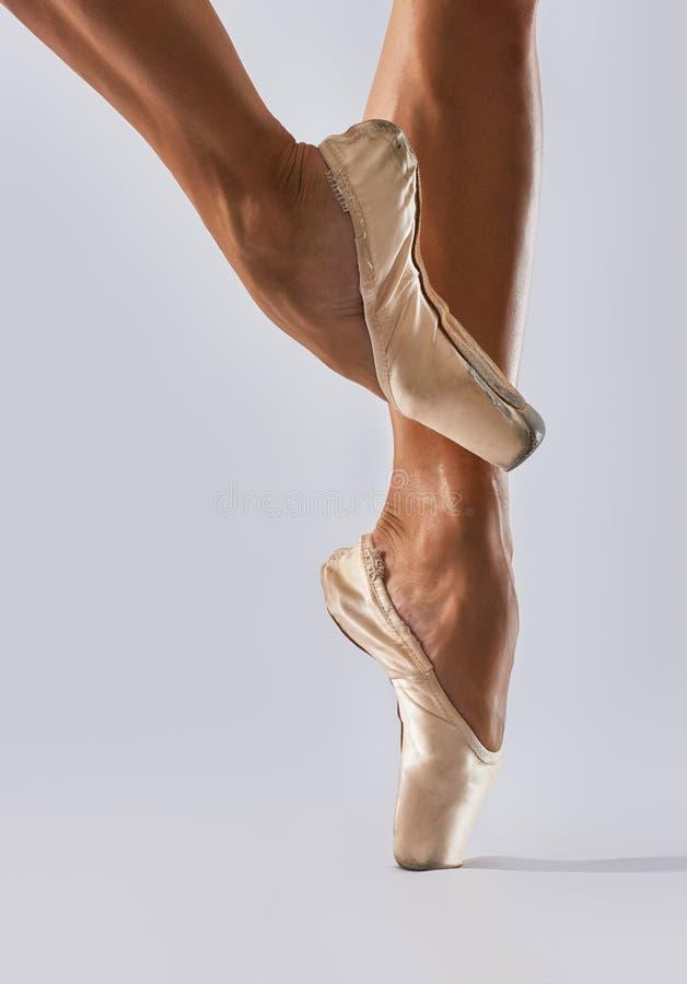 在芭蕾舞鞋的腿 免版税库存照片