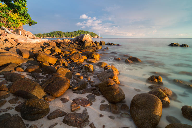在芭达亚海滩的日落天空在酸值Lipe海岛 库存照片