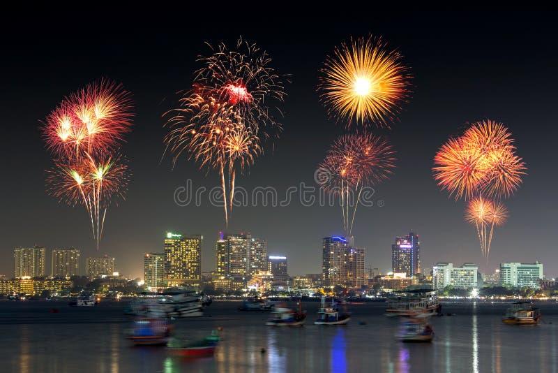 在芭达亚的烟花在晚上,春武里市,泰国靠岸 库存照片