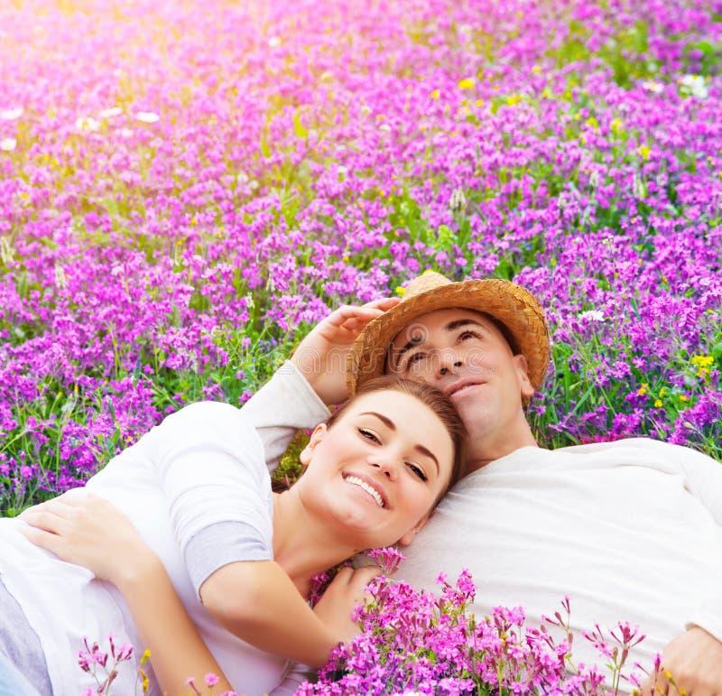 在花卉沼地的年轻家庭 库存图片