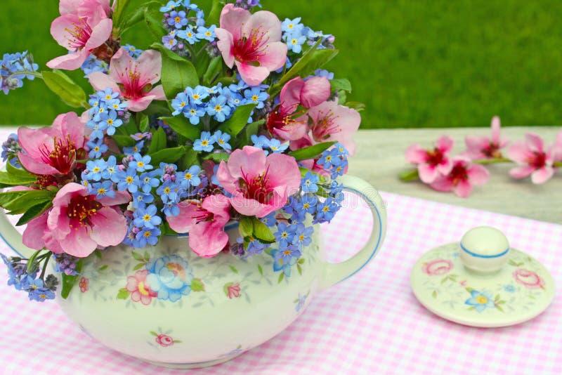 在花卉糖罐的花束 库存图片