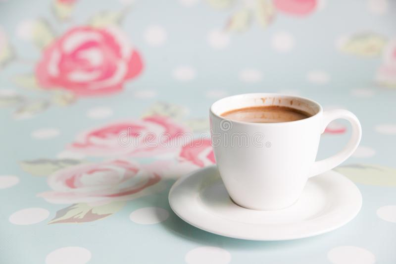 在花卉背景的早晨咖啡 图库摄影